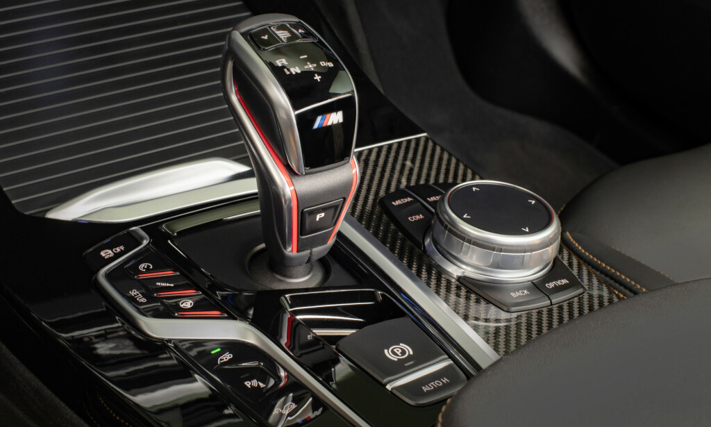 AVSLØRENDE DETALJER: De røde M-knappene på rattet gir deg muligheten til å velge akkurat det oppsettet som passer. Girspaken er spesifikk for M-versjonene. Foto: BMW