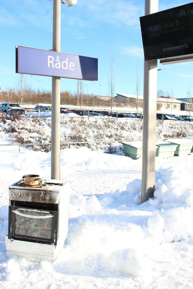 TØRRKOKT PÅ RÅDE I MOSS: Enda en svidd ovn, utplassert på togstasjonen på Råde. Foto: MIB