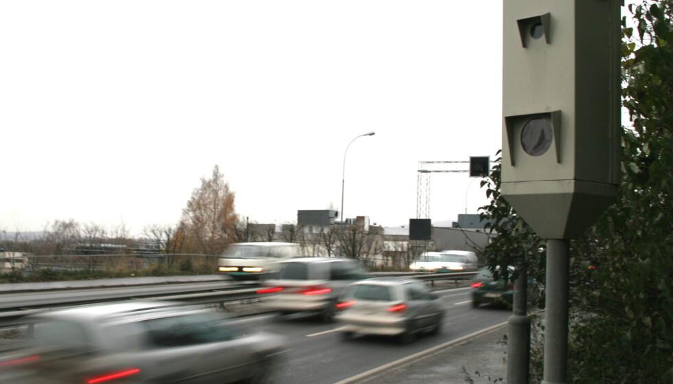SLIPPER NÅR DET SNØR: Et av sikkerhetskravene myndighetene har satt, er at fotolinjene i veien må synes for at sjåføren kan bøtelegges. Når det er mye snø er det vanskelig. Foto: Rune Korsvoll