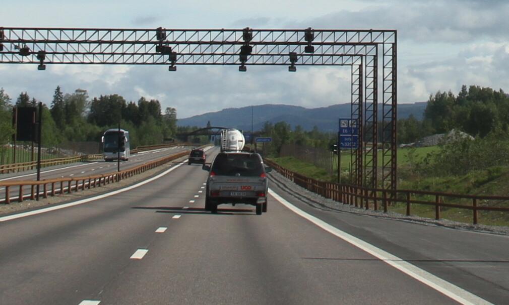 E6 GUDBRANDSDALEN: På strekningen Frya-Sjoa har trafikken vært vesentlig lavere enn forutsatt. Bomselskapet anser det utfordrende å kunne nedbetale prosjektet på 15 år som forutsatt. Foto: Rune Korsvoll