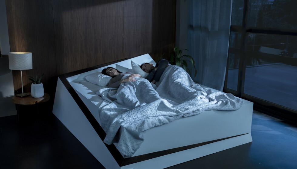 TRØBLETE Å HOLDE FILA? Nå har bilprodusenten Ford tatt førerassistansesystemene inn i dobbeltsenga for å hjelpe deg og partneren til å holde dere i riktig fil, altså på egen side av senga, hele natta. Målet er selvsagt å ikke vekke partneren med filskifter og utpressing i sene nattetimer. Foto: Ford Motor