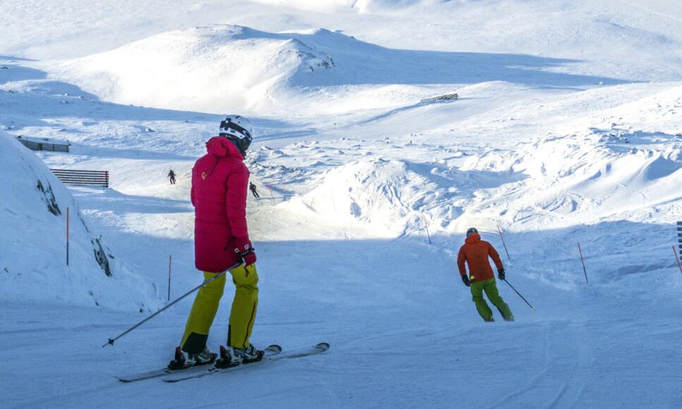 SLALÅMKJØRING: Bør du låne, leie eller kjøpe eget skiutstyr til vinterferien? Dinside har sjekket prisene på skiutleie, samt hva ski koster i butikk, så får du avgjøre hva som er mest lønnsomt for deg og din bruk. Bildet er fra Hemsedal. Foto: Halvard Alvik/NTB Scanpix.