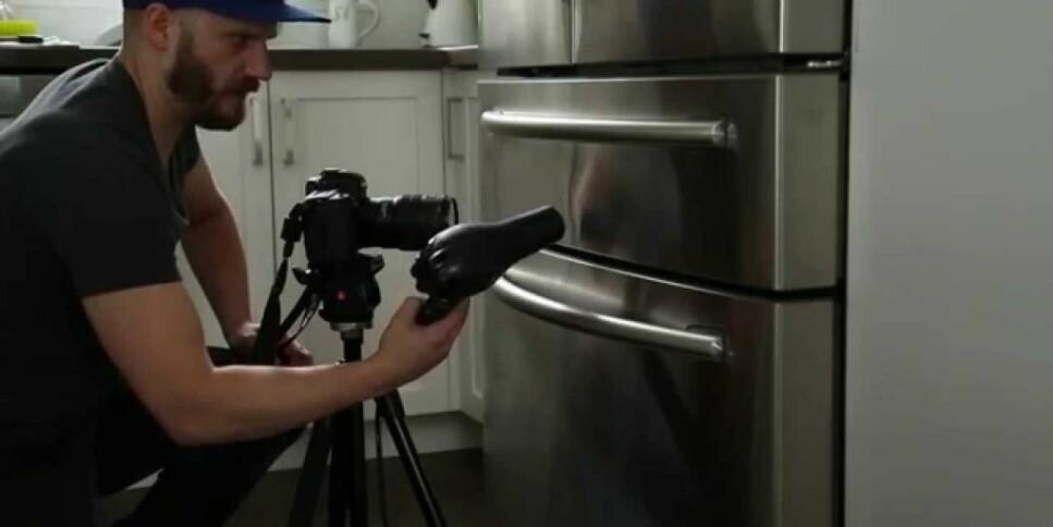 BULK PÅ KJØLESKAPET: Hårføner-og is-trikset skal kunne fikse bulken i kjøleskaps-overflaten i børstet stål. Se video av hvordan trikset skal gjennomføres i artikkelen under. Foto: YouTube.