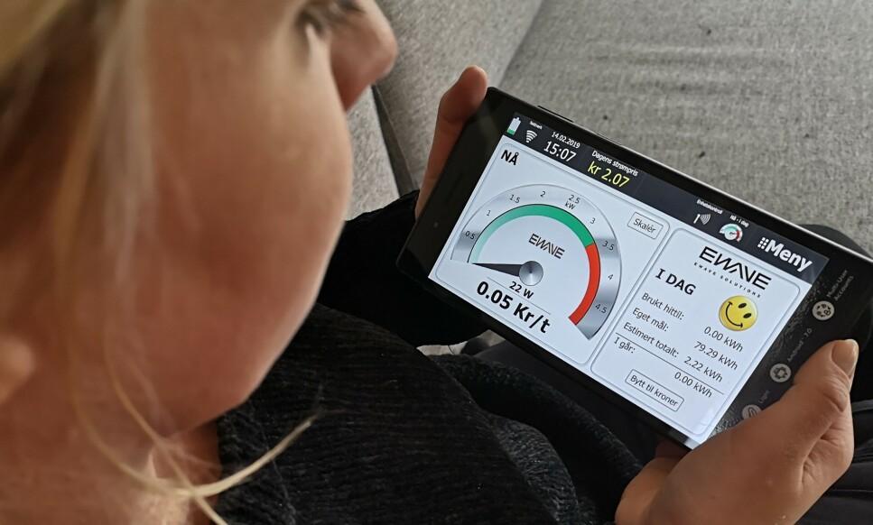 STRØMSPARING: Ewaves nettbrett er selve hjernen i systemet og viser strømforbruket ditt i sanntid. Foto: Martin Kynningsrud Størbu