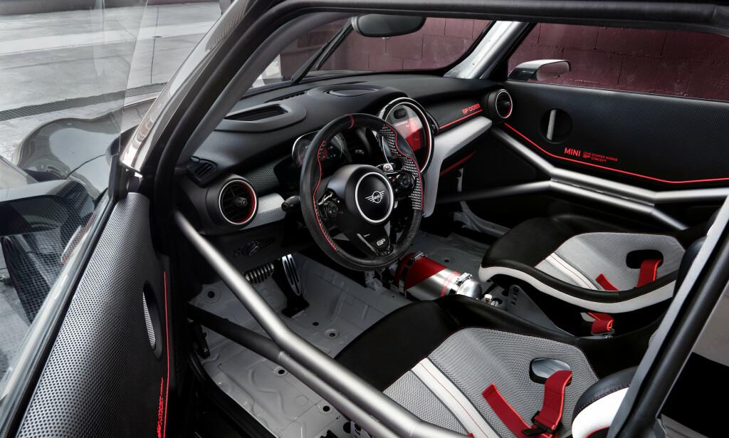FARTSDJEVEL: Interiøret i produksjonsbilen vil nok bli ganske likt dette i konseptbilen, som er resolutt racing-orientert. Foto: Mini