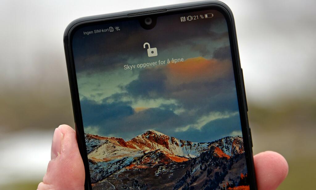 DRÅPE: Frontkameraet fra Huawei utgjør en «dråpe» over resten av skjermen. Det kan også brukes til å låse opp telefonen med, slik vi har gjort her. Foto: Pål Joakim Pollen