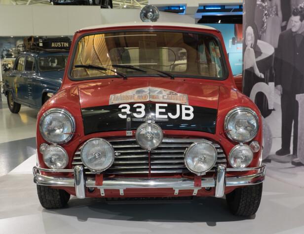 LEGENDE: Opphavet er denne - klassikeren som ble designet i 1959 og fikk et stort antall sportslige avleggere som denne 1963-modell Cooper S som Paddy Hopkirk kjørte Rallye Monte Carlo med i 1964. Foto: De Facto / Wikimedia Commons