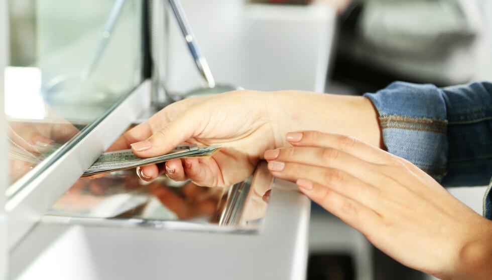 SETTE INN KONTANTER: Bankene skal ta imot kontanter, men ikke nødvendigvis i egne lokaler. Foto: NTB Scanpix