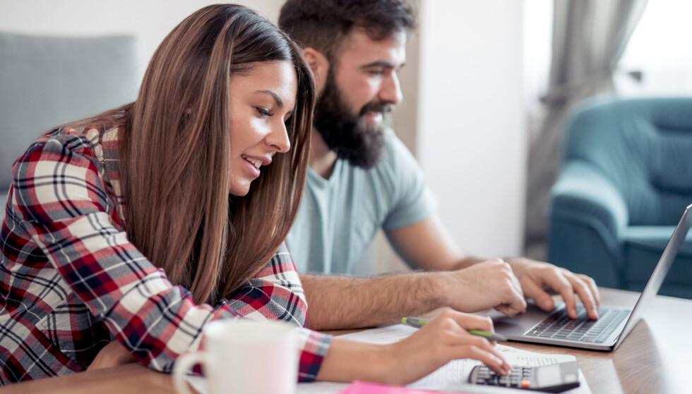 RIKTIG SPARING: Unge voksne uten gjeld, kan gjerne sette sparepenger i BSU-produkter eller indeksfond, mener ekspert i Finansportalen. Foto: Shutterstock/NTB Scanpix.
