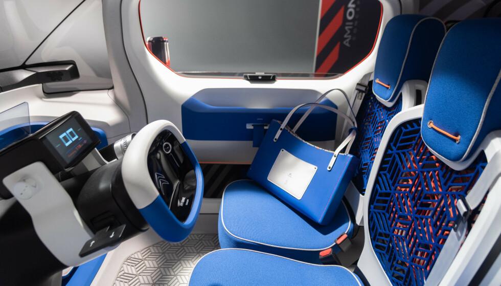 ENKEL: Interiøret er enkelt men ungdommelig. Batteriet vil gi strøm til en rekkevidde på 150 kilometer. Foto: Citroën.