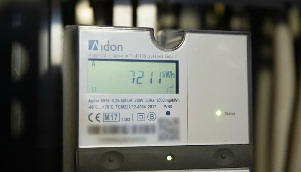 STRØMINFORMASJON: Automatiske strømmålere registrerer og sender informasjon om strømforbruket ditt direkte til strømselskapet. Elhub er en ny datatjeneste som skal gjøre kommunikasjonen mellom strømforbruker og -leverandører lettere. Foto: Audun Braastad/NTB Scanpix.