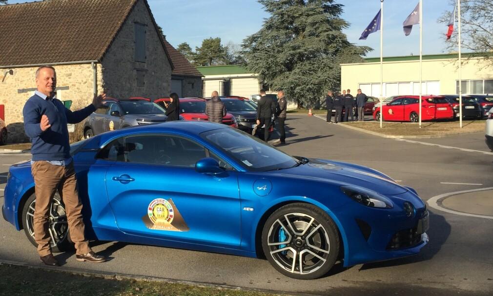 VINNEREN SKAL VELGES: Dinsides Rune Korsvoll er i Paris sammen med 60 andre motor-journalister, for å kåre Car of the Year 2019. Her står han ved sportsbilen Alpine A110, som er én av de sju finalekandidatene. Foto: Rune Korsvoll