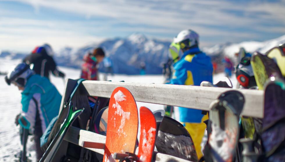 <strong>LEID UTSTYR? Har du leid utstyr, bør du passe ekstra godt på:</strong> Det er ikke dekket av reiseforsikringen din, og du må ha en egen utleieforsikring for å sikre deg mot potensiell kjemperegning dersom skiene skulle bli stjålet. Foto: Shutterstock/NTB scanpix