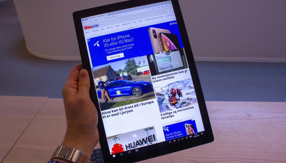Litt stort, men Surface Pro 6 fungerer fortsatt godt som nettbrett. Foto: Martin Kynningsrud Størbu