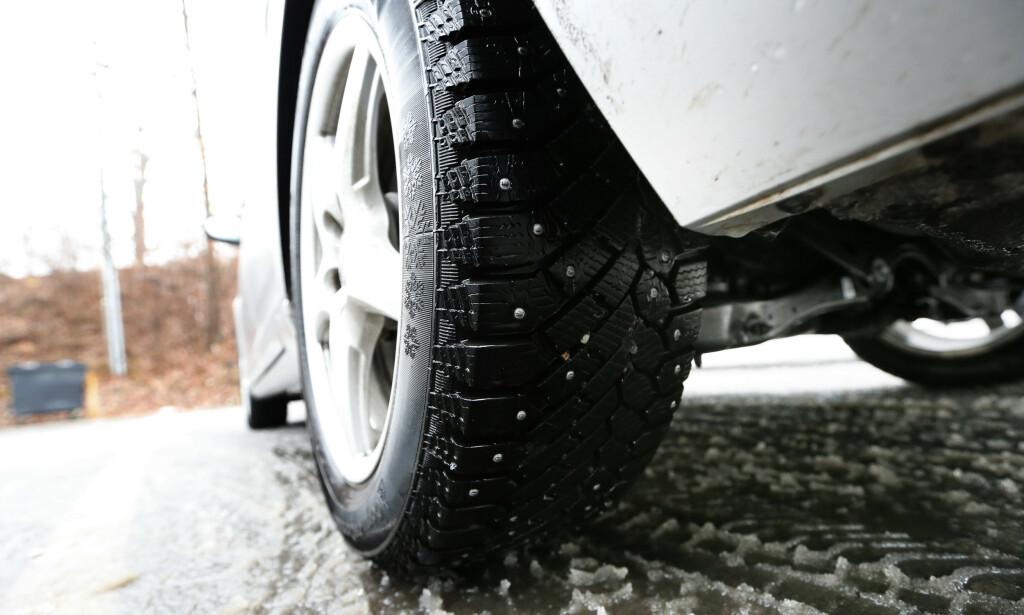 IKKE MULIG Å FASTSLÅ: Faktisk.no konkluderer at man ikke kan fastslå om piggfrie vinterdekk er oftere involvert i trafikkulykker. Foto: Erik Johansen/NTB Scanpix
