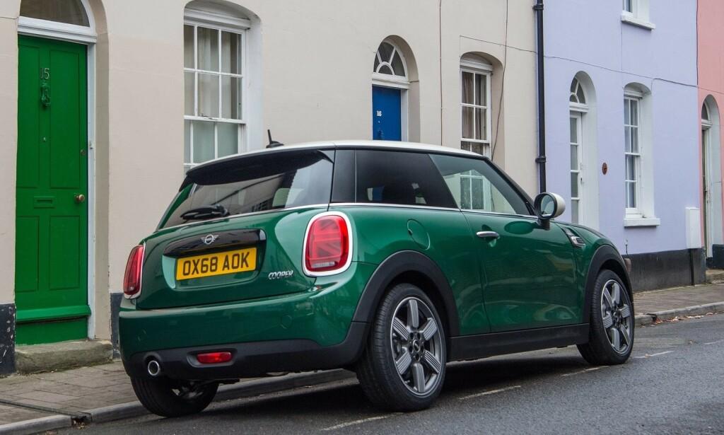 GRØNT BLIR KULERE ENN GULT? Mini Coopers «50 Years Edition» kom i denne grønnfargen i 2019. Det kan ha vært et bevisst trekk fra britene, som har vært glade i grønt i alle år. Foto: Mini