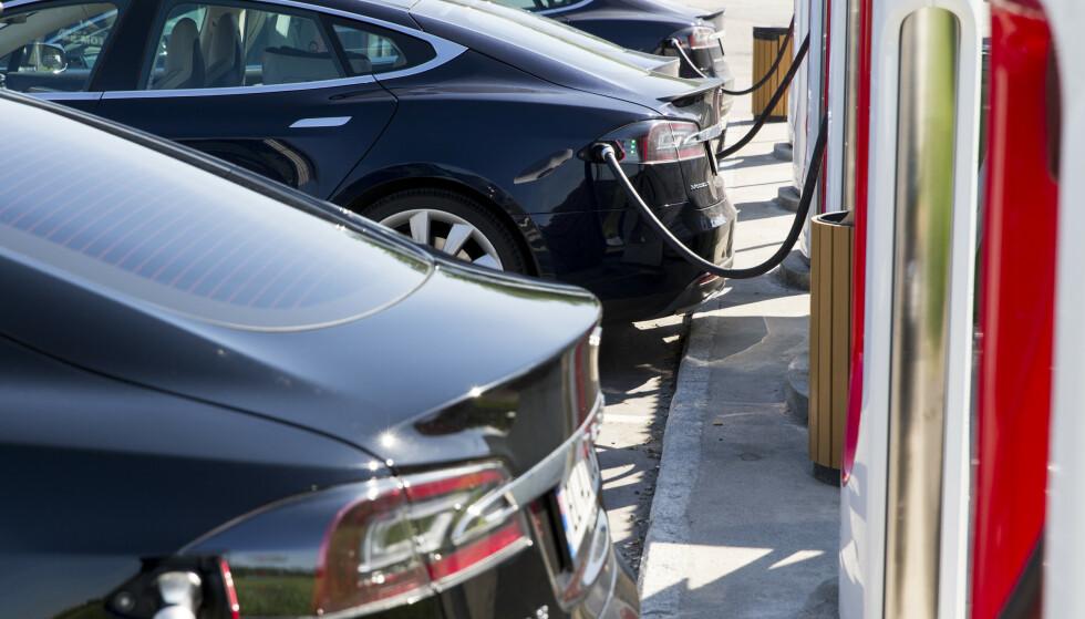 IKKE SIKKERT: Faktisk.no kan ikke konkludere med at flere bytter inn Teslaen sin for hybrid eller dieselbil. Foto: NTB scanpix