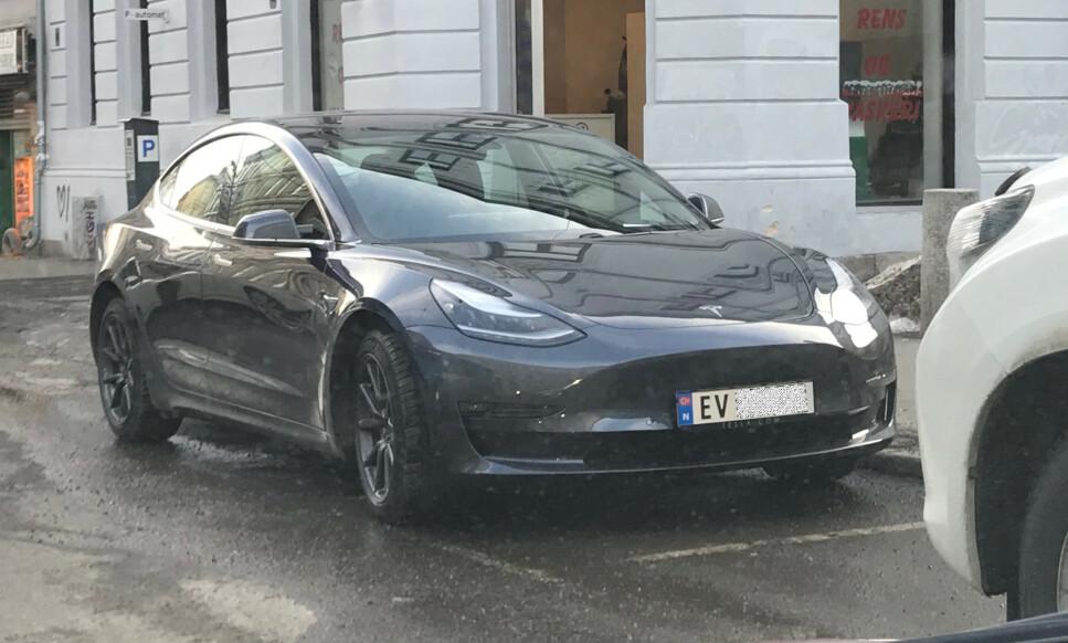 BIDRAR TIL ELBILSALG: Nå har Tesla Model 3 kommet på veiene i Norge også. Foto: Øystein Fossum