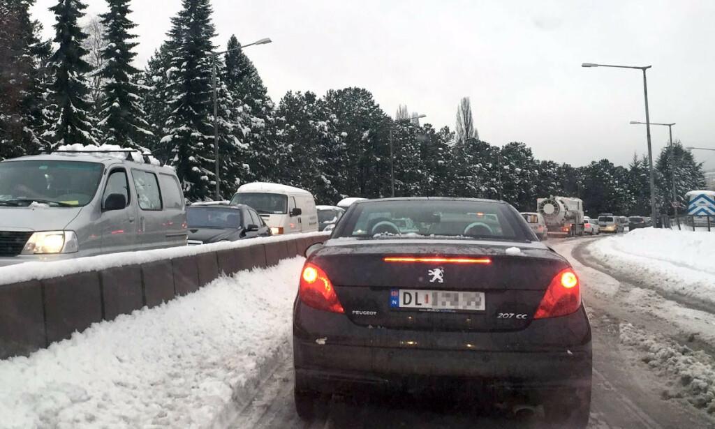 KØFARE: Politiet ber folk som må kjøre i dag, om å ta det helt med ro. Foto: Bjørn Eirik Loftås