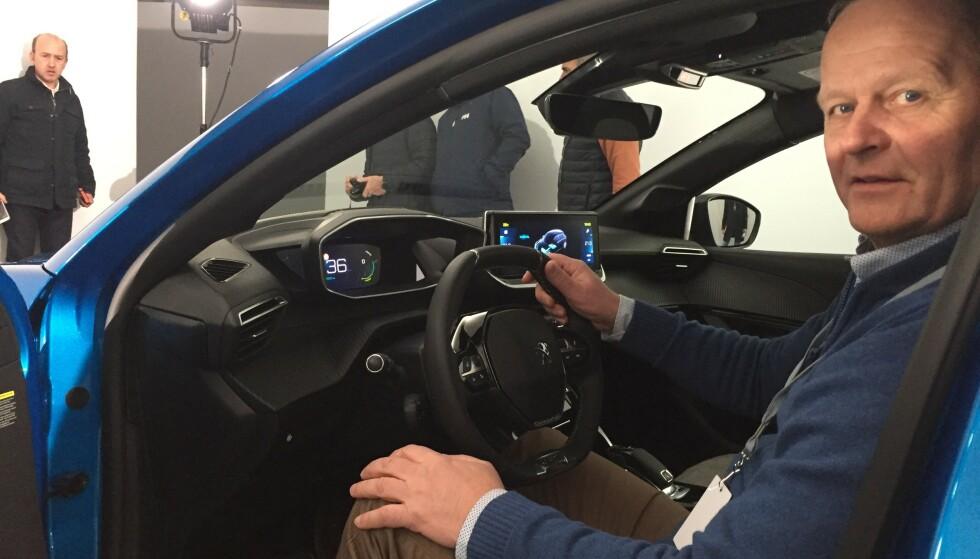 BAK RATTET: Nye 208 vises på Genève-utstillingen neste uke. Vi har allerede sittet i og studert den på nært hold og kan avsløre et mer luksuriøst interiør enn i noen annen småbil. Foto: Peugeot