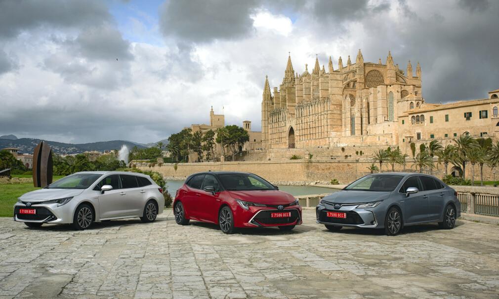 TRE GANGER COROLLA: Den nye modellen vises her foran katedralen i Palma (Mallorca), fra venstre i versjonene Touring Spots, femdørs kombi og firedørs sedan. Sedanen står ikke på prislisten for Norge. Foto: Toyota