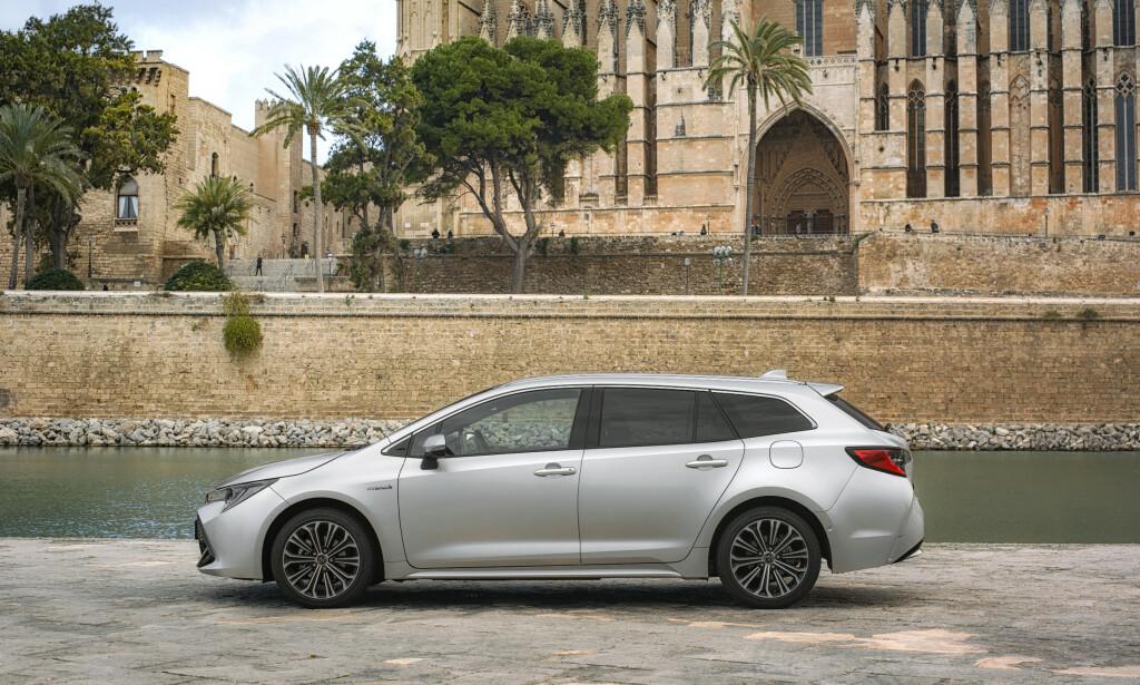 MINNER OM NOE: Sett fra denne vinkelen, kunne nye Corolla godt utgi seg for å være en ny generasjon Avensis. Foto: Toyota