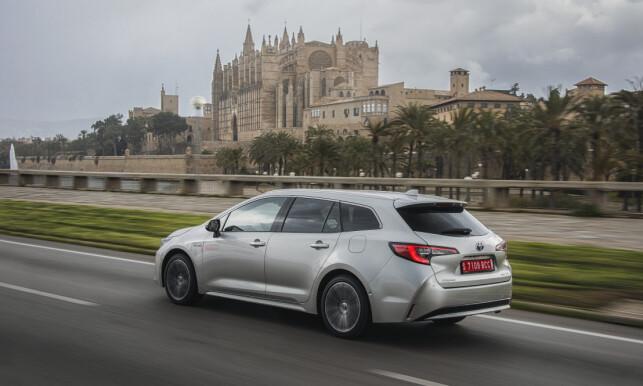 STRUKKET: Med lengre akselavstand enn Auris Touring Sports og bedre innvendig plass, erstatter Corolla både Auris og Avensis i stasjonsvogn-kategorien. Foto: Toyota