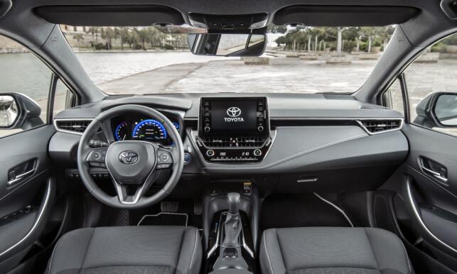 HELT NYTT: Det er ingenting oppsiktsvekkende ved det nye Corolla-interiøret, men det er en klar oppgradering fra Auris. Foto: Toyota