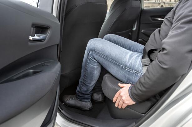 MER KNEROM: Lengre akselavstand gir bedre beinplass i baksetet. Foto: Toyota