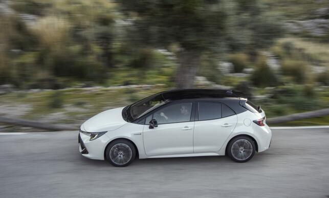 NY PLATTFORM: Selv om familielikheten er bevart med utgående Auris, er nye Corolla basert på en helt ny og mer hensiktsmessig plattform, som har en rekke fordeler. Lavere tyngdepunkt og bedre plassutnyttelse er to av dem. Her ser vi femdørs-kombien i fri utfoldelse. Foto: Toyota