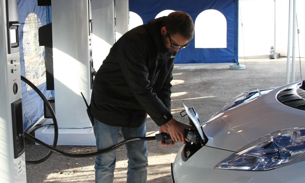 IKKE GRATIS LADING: I mange kommuner må elbiler nå betale for lading. I Oslo starter man med å ta betalt i år. Foto: Rune Korsvoll