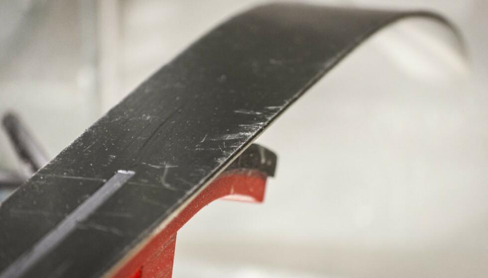 IKKE KRISE: Skiene kan etterhvert bli slitte både under og på kanten, noe som kan løses ved å preppe godt. Foto: Gaute Beckett Holmslet