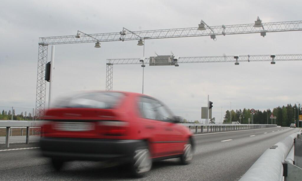BOMPENGER FORLENGES: På grunn av mange gratis-passeringen av elbiler, varsler Statens vegvesen at flere bommer blir stående lenger enn planlagt. Foto: Rune Korsvoll