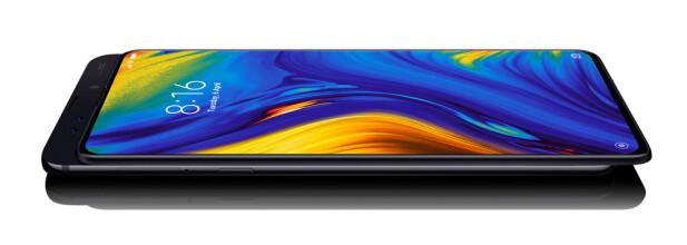 SKYVETELEFON: Mi Mix 3 5G har nesten ingen rammer rundt skjermen, men skal du ta selfies, må du skyve baksiden opp. Foto: Xiaomi