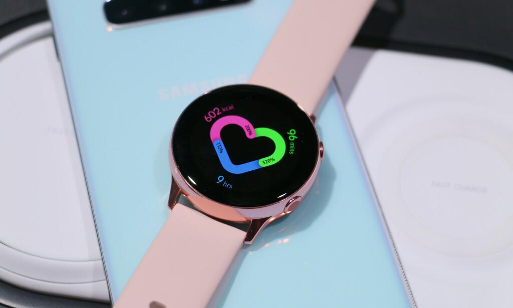 PEN TRENINGSKLOKKE: Nye Galaxy Watch Active er mer minimalistisk i stilen enn vanlige Galaxy Watch - som ligner mer på et tradisjonelt armbåndsur. Foto: Kirsti Østvang