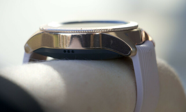 TYKKERE: Vanlige Galaxy Watch er tykkeren enn Active-utgaven, blant annet fordi den har den roterende kransen rundt skjermen. Foto: Kirsti Østvang