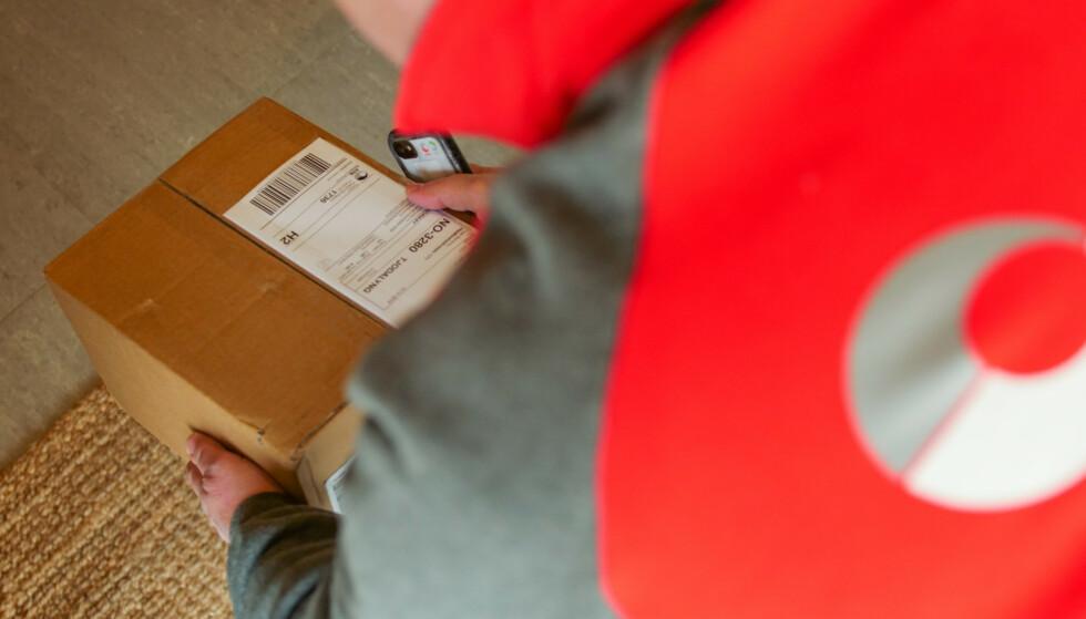 PAKKELEVERING: Posten Norge tester levering av pakker innenfor døren når mottakeren ikke er hjemme. Foto: Posten Norge.