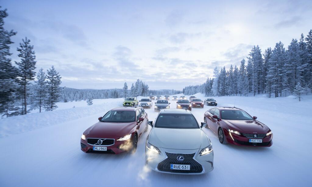 MER ENN DOBBELT: For enkelte av de 15 testbilene ligger forbruket en kald vintermorgen mer enn dobbelt så høyt som det produsenten oppgir. Foto: Markus Pentikainen