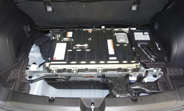 UNDER PLASTEN: Slik ser en godt innkapslet batteripakke ut. Med alle deksler på plass vil du få et lite rom mellom terskel og batteri. Foto: Rune M. Nesheim