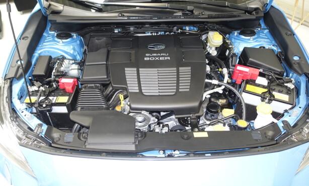 TO BATTERIER FORAN: Hybridmotoren får en reimdrevet startmotor som også erstatter dynamoen. Løsningen har gitt et ekstra batteri. Under plasten finner vi en toliters sportsbilen. Foto: Rune M. Nesheim