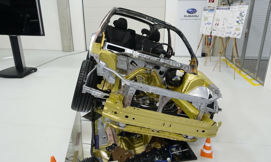 """LIK, MEN NY: Det er gjort strukturendringer som gjør Subarus """"globale"""" plattform mye sterkere enn tidligere. En av de større endringene er ny fasong på rammen under bilen, som fordeler kollisjonskrefter på en bedre måte. Foto: Rune M. Nesheim"""
