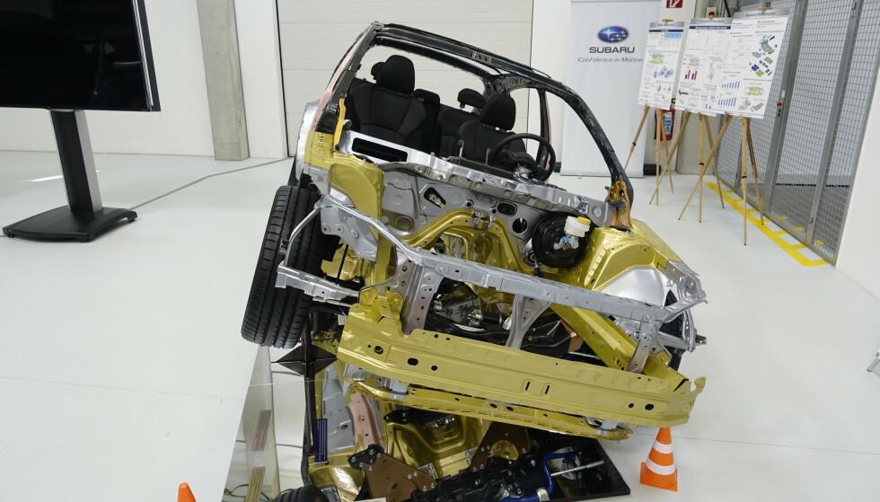 <strong>LIK, MEN NY:</strong> Det er gjort strukturendringer som gjør Subarus «globale» plattform mye sterkere enn tidligere. En av de større endringene er ny fasong på rammen under bilen, som fordeler kollisjonskrefter på en bedre måte. Foto: Rune M. Nesheim