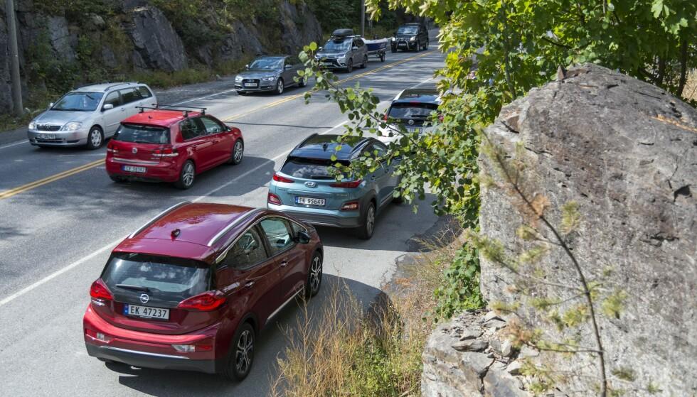 PÅ LAGER: Norske bilselgere sitter nå med mange elbiler med rask levering. Både Opel Ampera-e (nærmest) og Nissan Leaf (to biler foran) kan leveres på dagen. Hyundai Kona Electric (i midten) har imidlertid fortsatt 12 måneders leveringstid. Foto: Jamieson Pothecary