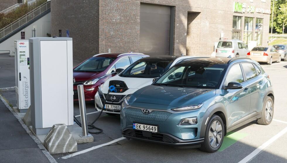 «SPEKULATIV BIL»: Med antatt leveringstid på 12 måneder er det mange som spekulerer i å selge Hyundai Kona Electric (foran) brukt med fortjeneste - også merkeforhandlere av Hyundai. Foto: Jamieson Pothecary
