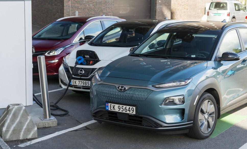 ENDA RIMELIGERE: Prispresseren Hyundai Kona Electric får nå 26.000 kroner lavere startpris i Norge. Hvordan vil konkurrentene Nissan Leaf og Opel Ampera-e reagere på det? Foto: Jamieson Pothecary