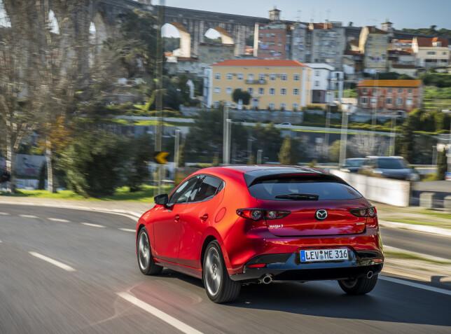STABIL: Mazda 3 har gode og betryggende kjøreegenskaper. Foto: Mazda