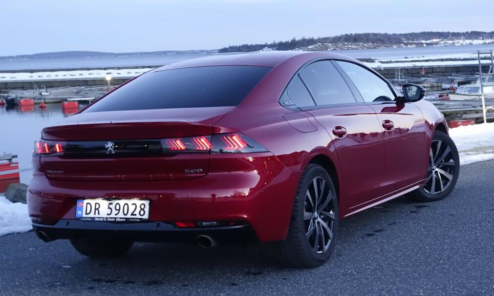 LAVT OG KULT: Peugeots designere har gjort det som står i deres makt for å gjøre 508 til en lav, kul og kompakt bil. Foto: Rune M. Nesheim