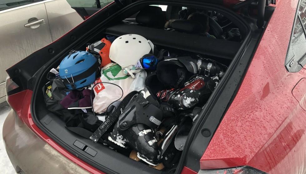 SVELGER MYE: 8 par ski med alt tilbehør for to dager + fire. To, riktignok små, passasjerer fikk plass inni den sporty silhuetten. Foto: Rune M. Nesheim
