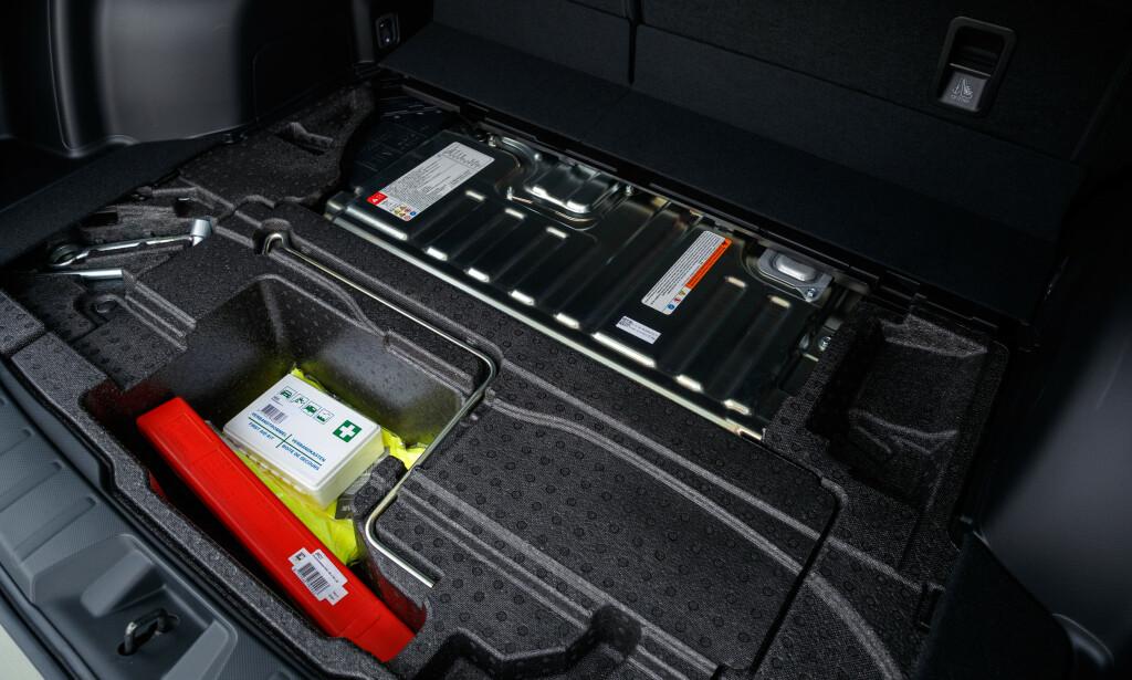 NESTEN NULL: Det er ikke rare plassen igjen under gulvmatta i bagasjerommet. Foto: Subaru