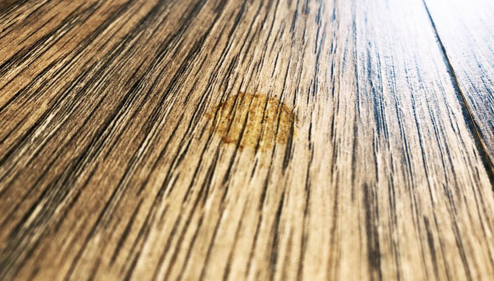 FLEKKER PÅ PARKETTEN: Å fjerne flekker som har satt seg fast i parketten, kan være tøffe å få bort, men det er ikke umulig. Har laminatet fått en skjoldete overflate selv om du rengjør det jevnlig, er dette et tegn på at du bruker feil vaskemetode. Eksperttipsene for å få bukt med flekk-problemene leser du i artikkelen under. Foto: Linn Merete Rognø.